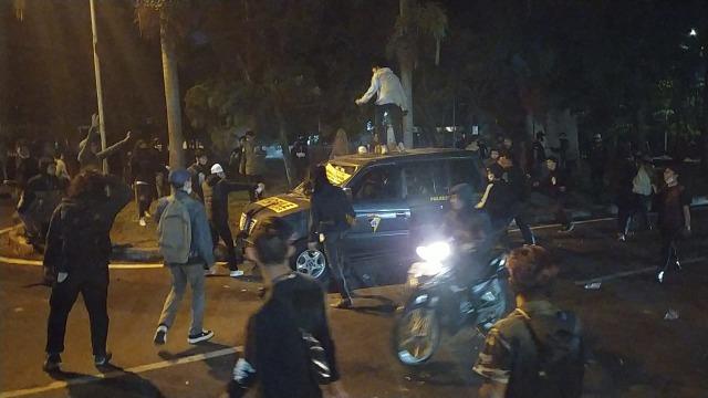 Demo Omnibus Law di Bandung Ricuh, Mobil Polisi Dirusak