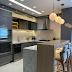 Cozinha linda com decor contemporâneo cinza e branco + bancada em mármore Monet Áurea!