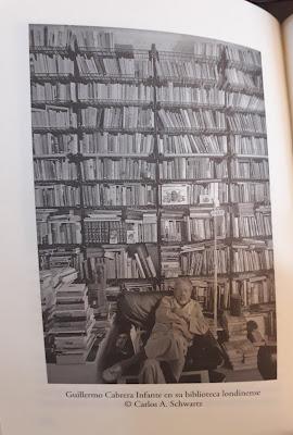 Guillermo Cabrera en su biblioteca londinense - Tocar los libros