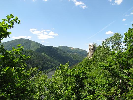 Starý hrad z grzbietu wzniesienia Plešel.