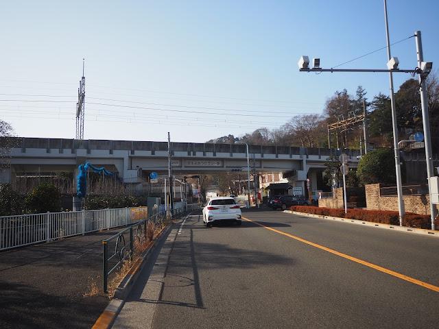 よみうりV通りへは京王線高架下を左折