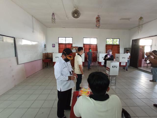 Bersama Istri dan Anaknya, Sekdaprov Kepri Mencoblos di TPS 20 SEi Jang Tanjungpinang