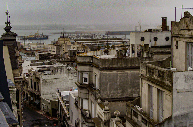 O Porto de Montevidéu visto de um terraço da Calle Sarandí