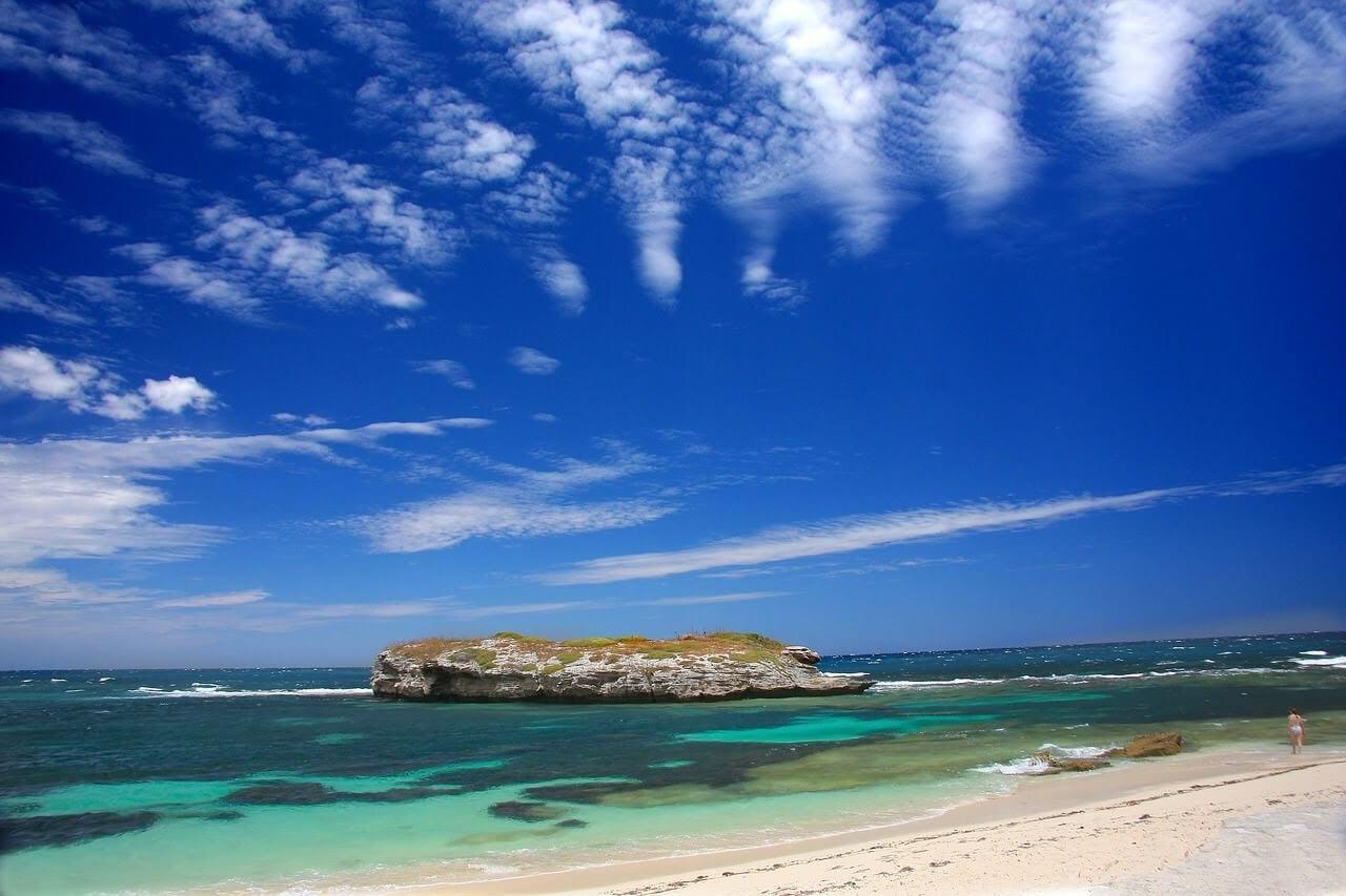 大自然の砂浜と海モートン島