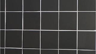 Las baldosas blancas están cubiertas con papel de aluminio negro