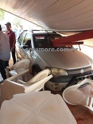 Veículo sem motorista causa danos em restaurante