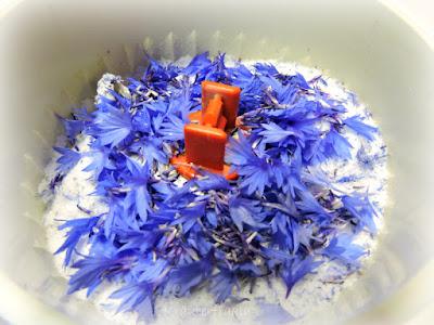 Blüten werden mit dem Zucker gemörsert