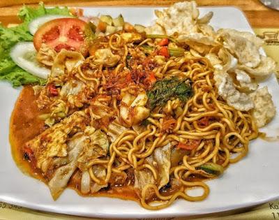 Viral, Pria Menyantap Makanan Sisa Orang Lain di Kafe, Netizen: Menjijikan