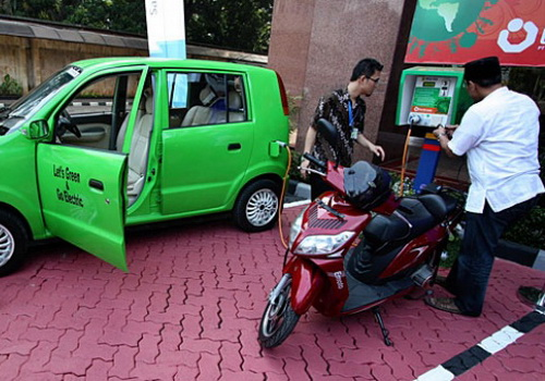 www.Tinuku.com PLN's Indonesian electricity company has set up battery charging station