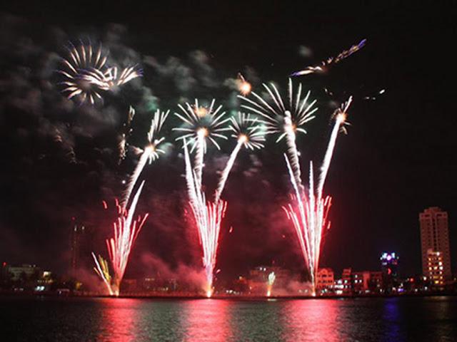 Fuegos artificiales por el año nuevo en Danang