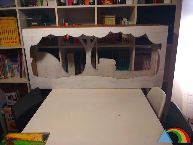 Decorado de cartón recortado y pintado de blanco