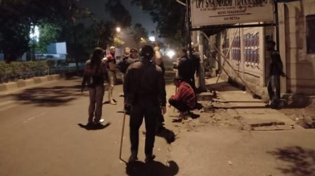 Aksi penyerangan yang diduga dilakukan geng motor kembali terjadi. Kali ini, peristiwa itu dialami warga yang sedang memasang spanduk bergambarkan Habib Rizieq Syihab dengan anggota ormas Front Pembela Islam (FPI) di Jalan Raya Wahid Hasyim tepatnya depan Gang Haji Ba'an, Kelurahan Poris Plawad Indah, Kecamatan Cipondoh, Kota Tangerang, Minggu (2/8/2020) dini hari.