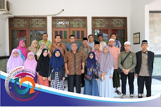 Bupati Sukabumi H. Marwan Hamami (tengah) didampingi Assda 1 Asep Abdul Wasith (belakang sebelah kiri bupati) bersama anggota kafilah Jabar yang akan mengikuti MTQ tingkat Nasional di Medan.