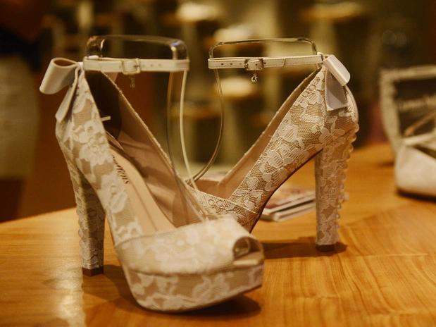 f22d2f608 A grife Carmen Steffens apresentou, sua nova coleção de sapatos, destinada  especialmente às noivas e madrinhas. A nova linha foi desenvolvida em  parceria ...