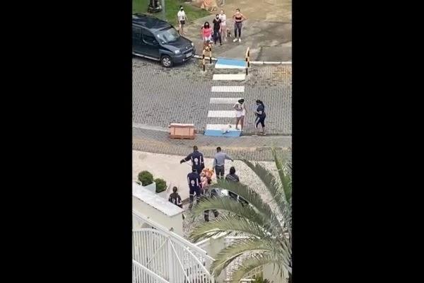 """""""Chama a polícia, por favor"""", diz babá que pulou do 3º andar de prédio; ouça"""