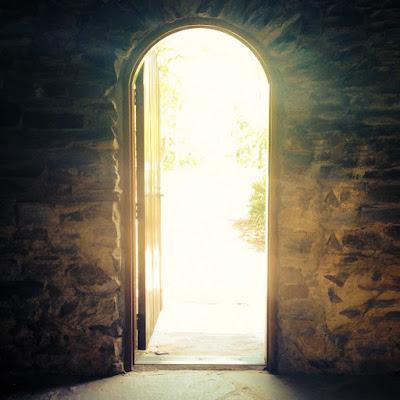 Pintu swing bukaan ke arah luar ruangan