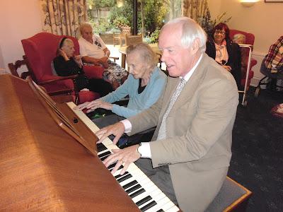 Người lớn tuổi có nên theo học đàn piano