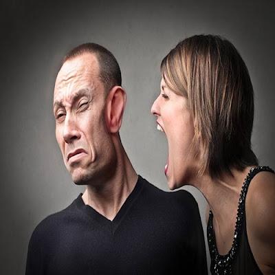 mulher-brigando-com-o-marido-por-causa-da-tpm