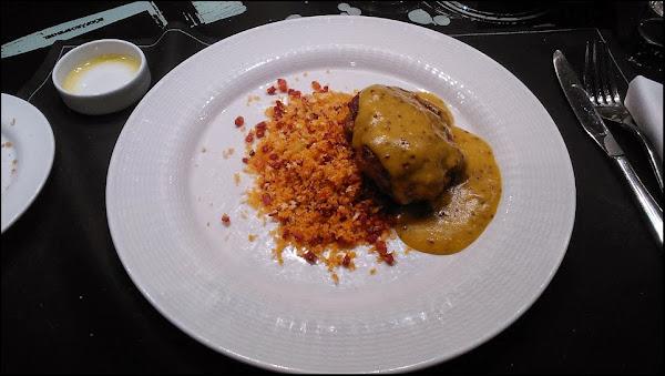 Hamburguesa de secreto ibérico con migas y salsa de mostaza a la antigua Restaurante East 47 Madrid