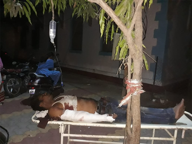ये मप्र का सरकारी अस्पताल है साहब, पेड़ के नीचे स्ट्रेचर, टहनी पर बॉटल टांग दी | ALIRAJPUR MP NEWS