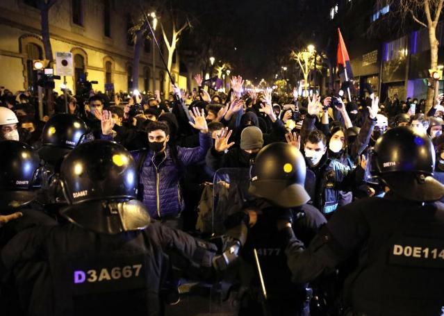 Lanzan botellas y piedras a los Mossos en otra protesta por Hasel en Barcelona