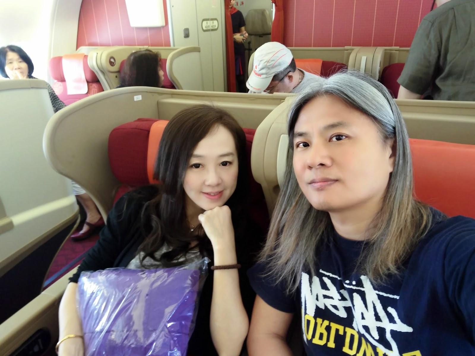 黑老闆說︱香港航空A330-300商務艙雖不是最新的平躺包廂式座椅,但是兩人同行比較方便交談。