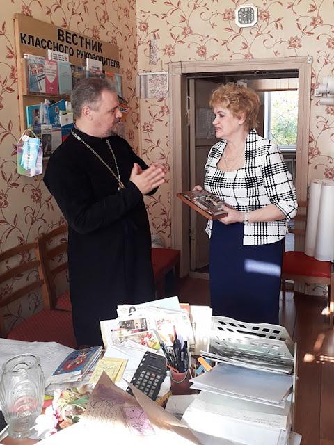 Священник храма во имя святителя Николая Чудотворца поздравил учителей с профессиональным праздником.