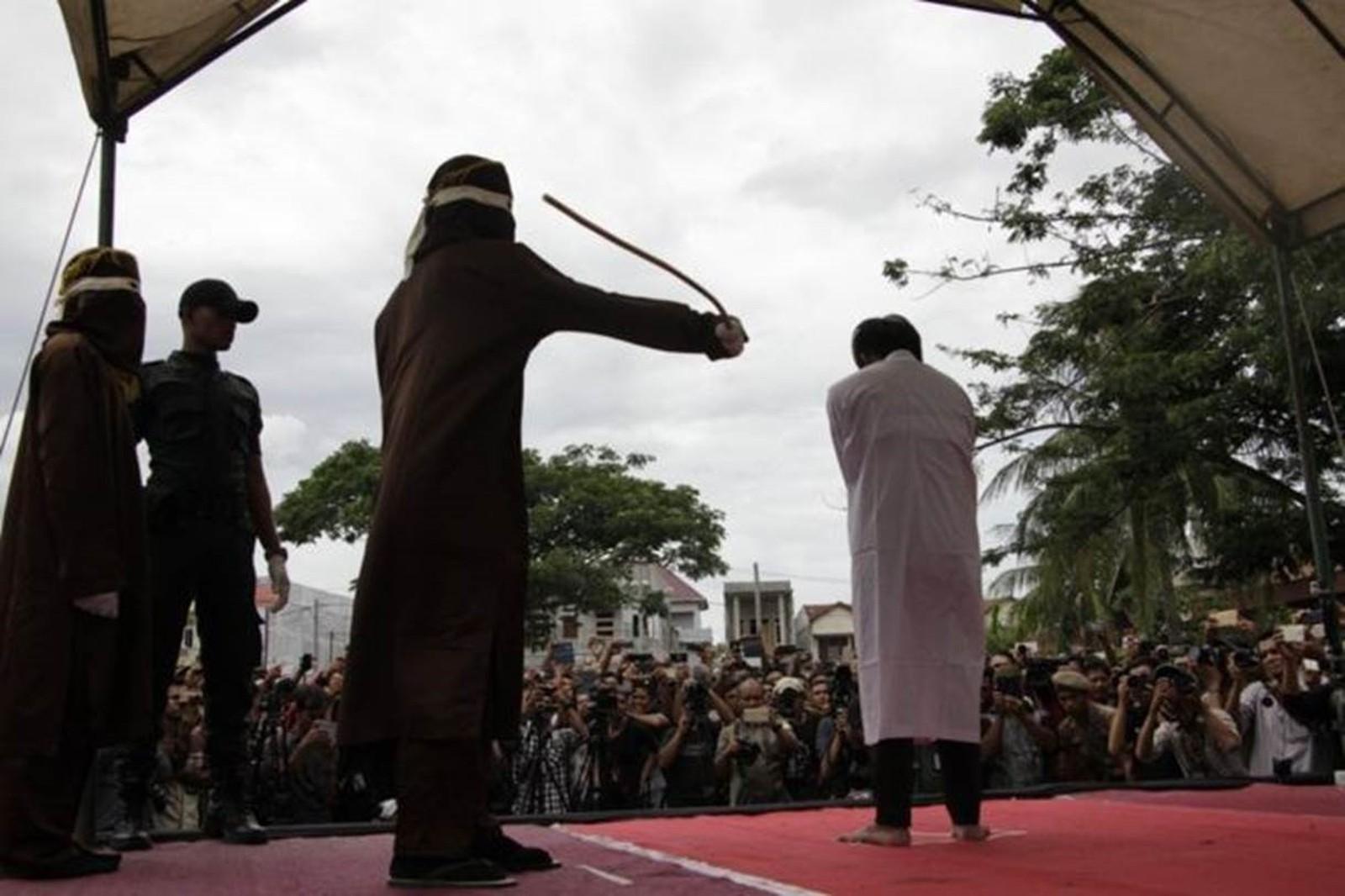 Casal gay é açoitado em público na Indonésia em caso de homofobia brutal