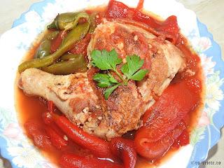 Saramura de pui cu rosii si ardei copti reteta cu carne si legume la gratar grill tigaie retete mancare friptura saramuri de casa,