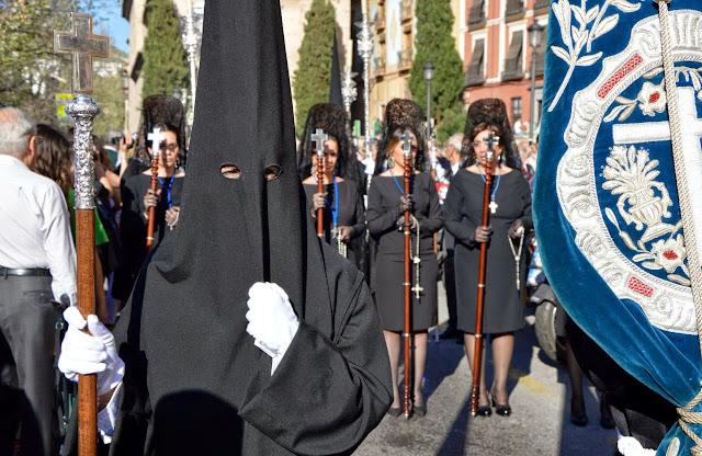 Wielkanocne procesje Semana Santa w Granadzie camareras