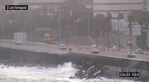 Cerrado carril derecho Autovía Marítima por oleaje
