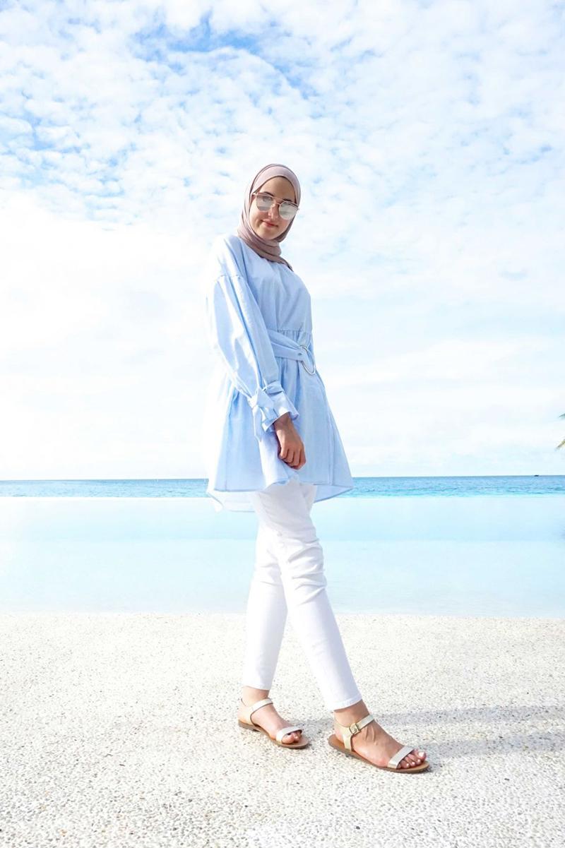 Gaya Foto di Pantai Setengah Horison Model Hijab cewek manis seksi dengan Celana ketat