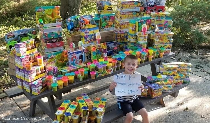 Niño vence el cáncer y regala juguetes a hospital