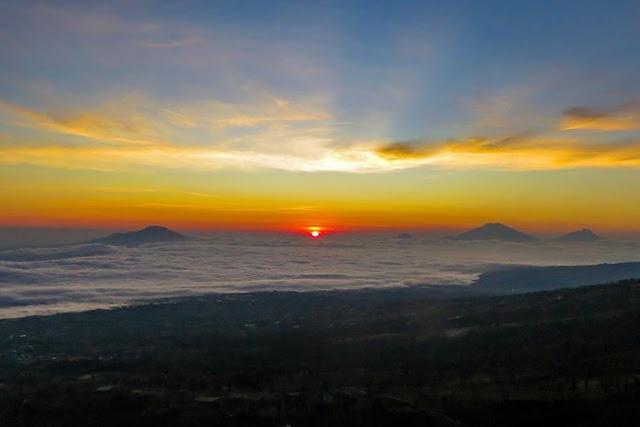 Bukit Sikendilkan Hadirkan Sunrise Diatas Awan Dan Berlatar Belakang Empat Gunung