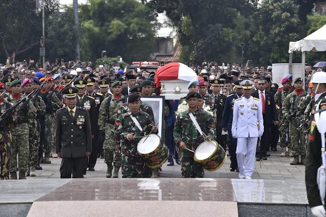 Berita Foto : Panglima TNI Hadiri Pemakaman Ibu Negara RI Keenam di TMP Kalibata