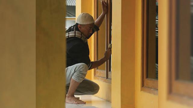 Subhanallah! Beredar Foto Yukie, Vokalis PAS Band Sedang Bersihkan Kaca Masjid