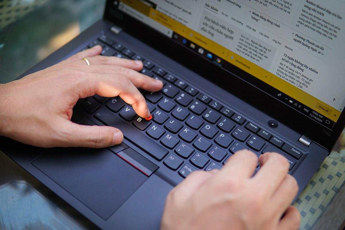 Trên tay latop Thinkpad T14s mới ra giá 34 triệu đồng