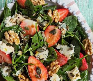 Salada de morangos com noz e queijo