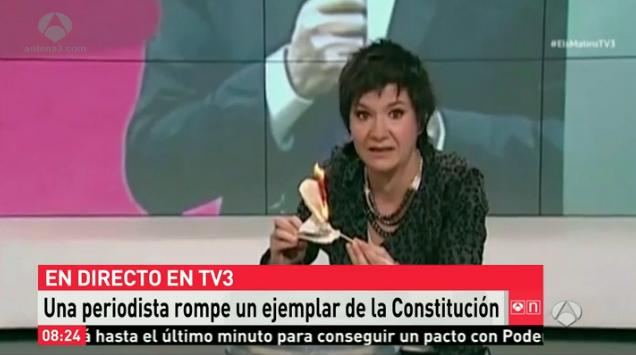 Una periodista quema en TV3 la Constitución Española: ¡Mirad que bien arde!