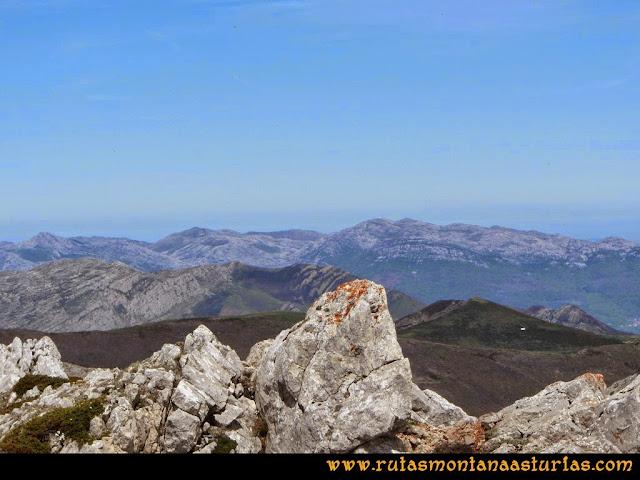 Ruta Farrapona, Albos, Calabazosa: Vista de la sierra del Aramo desde el Calabazosa