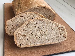 Domowy chleb na sodzie z sezamem