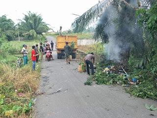 DLH Labuhanbatu Bersama Lurah Bakaran Batu Gotong Royong Atasi Sampah
