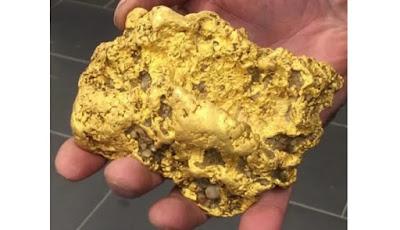 Bongkahan emas seberat 2 kg