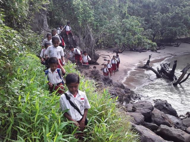 Miris! Tak Ada Akses Internet untuk Ujian, Siswa Malut Terpaksa Jalan 1 Km ke Pantai