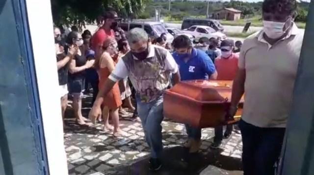 Sepultamento da Jovem morta a facadas na zona rural de Patos é marcado por comoção e revolta