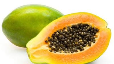 """Pepaya (Carica papaya L.), atau betik adalah tumbuhan yang berasal dari Meksiko bagian selatan dan bagian utara dari Amerika Selatan, dan kini menyebar luas dan banyak ditanam di seluruh daerah tropis untuk diambil buahnya. C. papaya adalah satu-satunya jenis dalam genus Carica. Nama pepaya dalam bahasa Indonesia diambil dari bahasa Belanda, """"papaja"""", yang pada gilirannya juga mengambil dari nama bahasa Arawak, """"papaya"""". Dalam bahasa Jawapepaya disebut """"katès"""" dan dalam bahasa Sunda """"gedang"""".Bahasa Batak yaitu """"Botik""""     Buah pepaya     Sebenarnya Pepaya ini sangatlah memiliki banyak manfaat buat tubuh manusia.yaitu salah satunya menurunkan berat badan seperti yang di kutip dari www.tribunbatam.id selain itu blog Topik Referensi juga sudah pernah membahas 10 Cara Diet Alami,Sehat,Langsing dan Ramping Dalam 15 Hari.     Mereka yang sedang berharap langsing menurunkan berat badan hingga ke titik ideal pasti ingin sesegera mungkin mendapatkan hasilnya.   Bisakah hal itu terwujud?  Jawabannya bisa saja, asal ada kemauan.  Nah, untuk bisa sesegera mungkin menurunkan berat badan dengan cepat, silahkan lakukan diet pepaya.   Niscaya diet ini akan mengabulkan harapan untuk bisa mendapatkan berat badan ideal dalam sekejap.   Hanya dalam waktu 5 hari sejak start melakukan diet pepaya.  Siapa yang tak ingin memiliki sistem pencernaan yang lancar?  Untuk kita ketahui, diet pepaya masuk dalam golongan makanan diet sehat yang dapat membantu turunkan berat badan dalam 5 hari saja.  Tak perlu pusing mencari alternatif lain bukan?  Untuk melakukan diet pepaya ini dengan benar, kita memerlukan pepaya, minyak zaitun, air dan lemon.  Penasaran, coba yuk!  Hari 1 - 2  Diet pepaya ini dimulai dengan program 2 hari.  Saat ini kita harus mengonsumsi hanya pepaya saja sepanjang hari.   Jika merasa masih lapar, makan lebih banyak pepaya.  Pepaya memiliki manfaat besar pada tubuh karena membantu menurunkan berat badan dengan cepat, membersihkan kotoran, menghilangkan parasit dan membuat jari"""