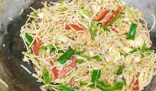 Chicken hakka noodles in a wok