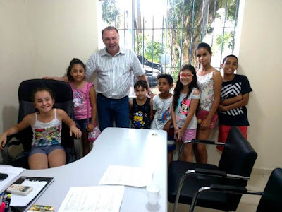 Em Registro-SP, crianças do CRAS visitam gabinete do Prefeito Gilson Fantin