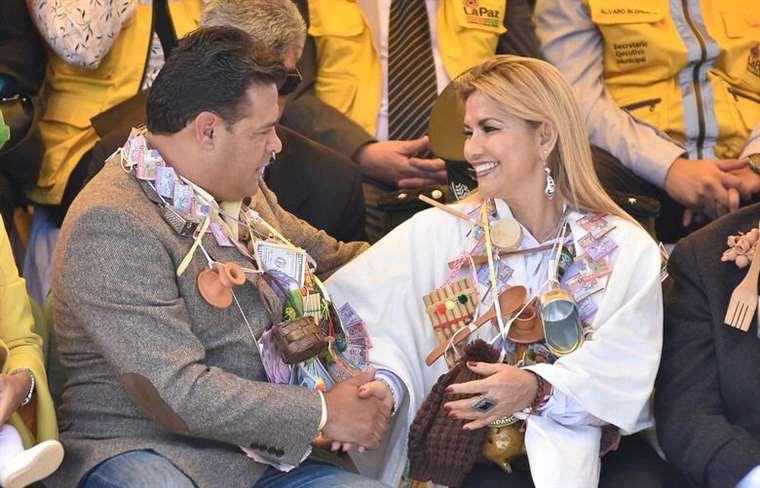 El alcalde Revilla y la presidenta Áñez en la alasita paceña, antes de firmar la alianza JUNTOS / WEB