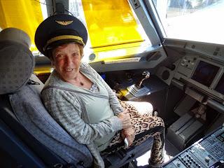 Viajar com idosos - mamis no avião